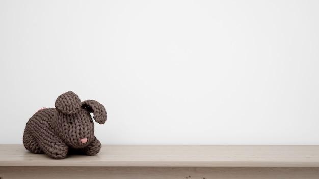 Фаршированный кролик на белой стене с copyspace Бесплатные Psd