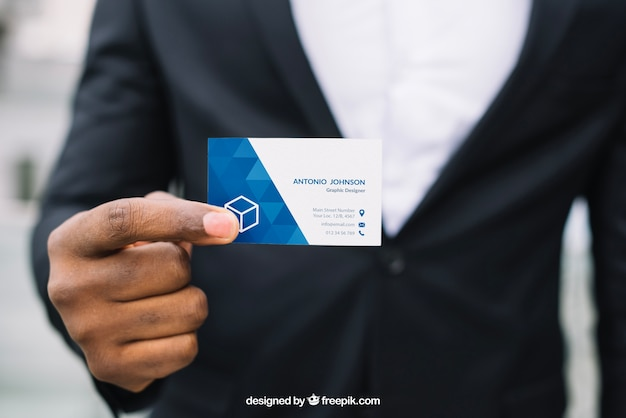 Стильный бизнесмен, держащий визитную карточку макета Бесплатные Psd