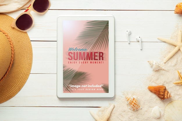 Summer composition with tablet mockup and beach accessories Premium Psd