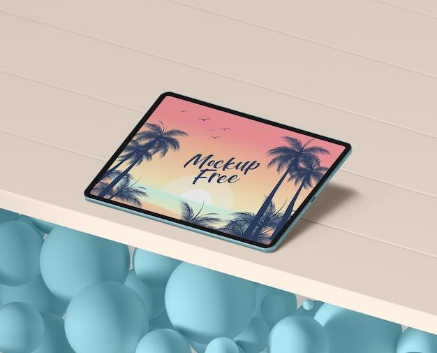 テーブルの上のタブレットで夏のコンセプト 無料 Psd