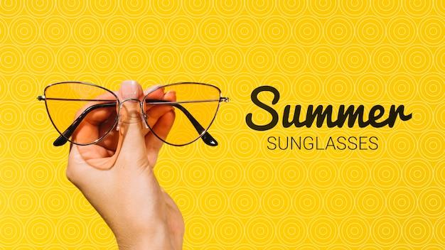 手で開催された夏のファッションサングラス 無料 Psd