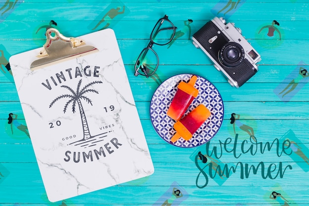 Summer lettering background with ice lolly Free Psd