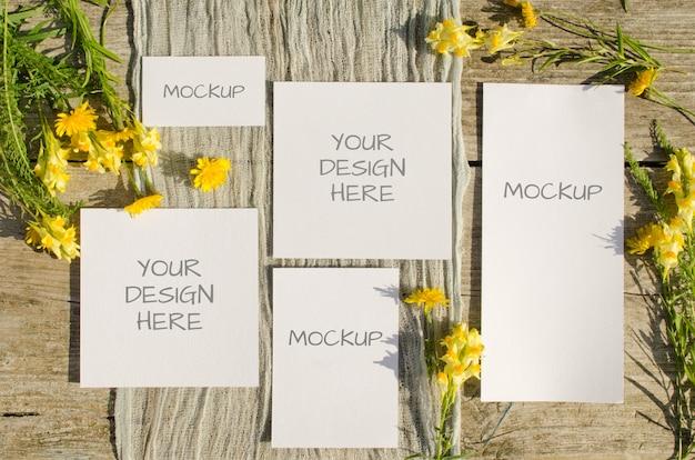 夏の文房具モックアップは、古い木の黄色い花を持つシーンを設定します Premium Psd