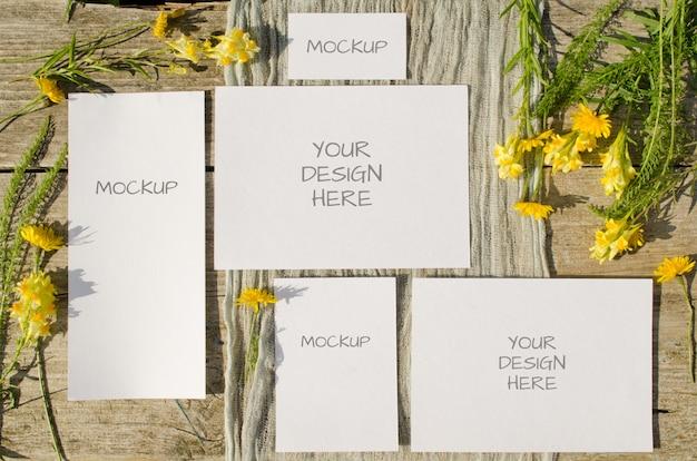 夏の文房具weddindモックアップは古い木の黄色い花を持つカードを設定 Premium Psd