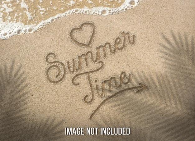 Summertime text on sandy beach Premium Psd
