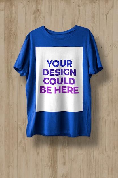 T-shirt su sfondo di legno mockup Psd Gratuite