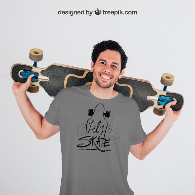灰色のtシャツのモックアップと若いスケーター 無料 Psd