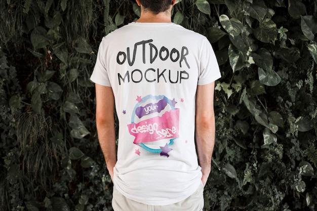 Tシャツのモックアップを着ている若い男 無料 Psd
