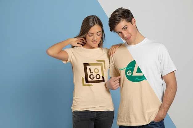 Tシャツでポーズのカップルの正面図 無料 Psd