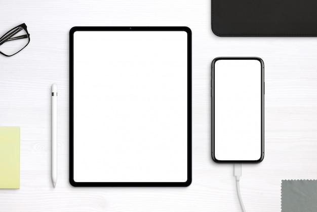 책상에 태블릿 및 전화 이랑입니다. 분리 된 레이어가있는 평면도, 평면 배치 장면 프리미엄 PSD 파일