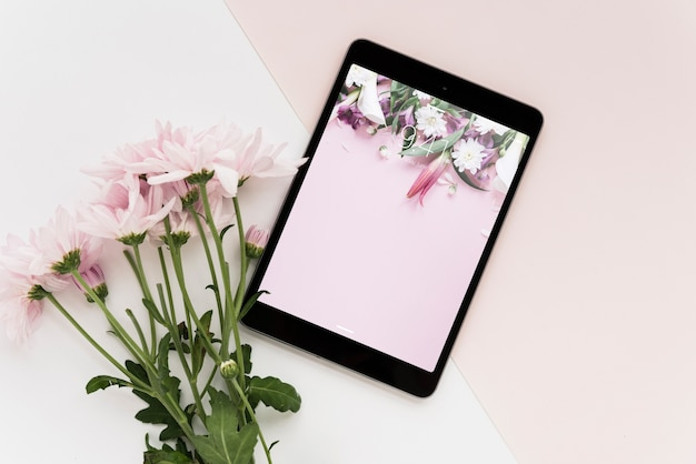 Tablet mockup with flowers Free Psd