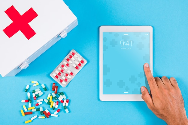 Tablet modello con concetto medico Psd Gratuite