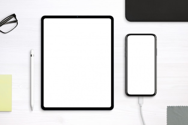 Tablet and phone mockup on desk. top view, flat lay scene with separated layers Premium Psd
