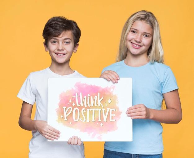 Подумайте позитивный макет мальчика и девочки Бесплатные Psd