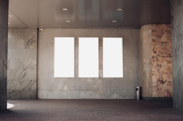 3つのライトサイン、看板は外の建物の壁にあります 無料 Psd