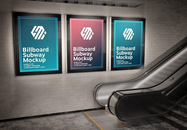 지하철 역 모형에 세 개의 수직 빛나는 광고판 프리미엄 PSD 파일