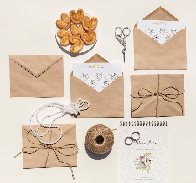 Top view arrangement of brown paper envelopes and wedding rings Free Psd