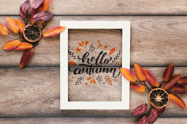 Top view autumn mock-up on wooden background Free Psd