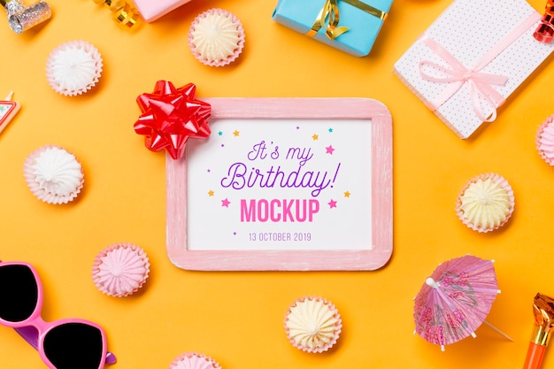 Концепция дня рождения вид сверху с рамкой Бесплатные Psd