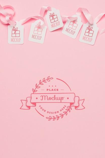 トップビューの誕生日プレゼントタグピンクのリボンのモックアップ 無料 Psd