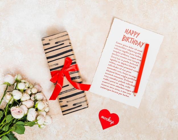 현재와 꽃 상위 뷰 생일 인사말 무료 PSD 파일