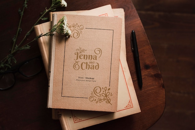 Top view of bookss with pen and flowers Free Psd