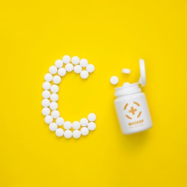 Vista dall'alto della bottiglia con pillole a forma di c Psd Gratuite