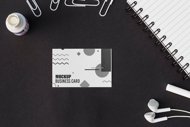 Top view of business card mock-up with earphones Free Psd