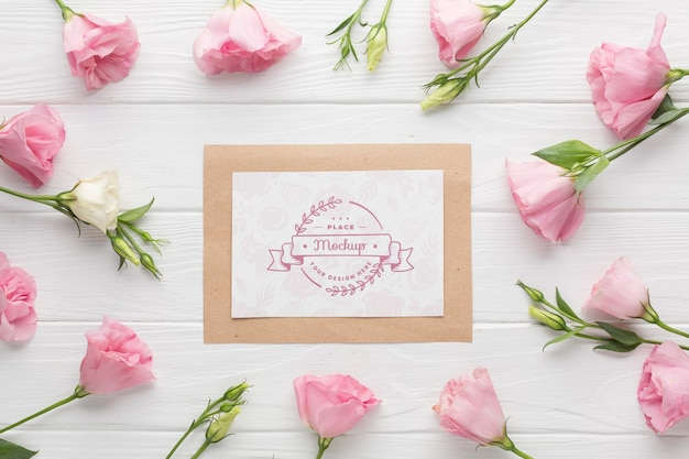 Vista dall'alto del mock-up di carta con rose rosa Psd Gratuite