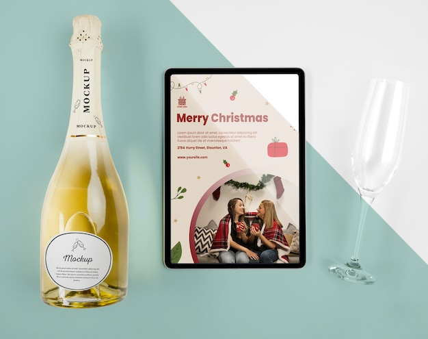 Vista dall'alto di una bottiglia di champagne con mock-up natalizio Psd Gratuite