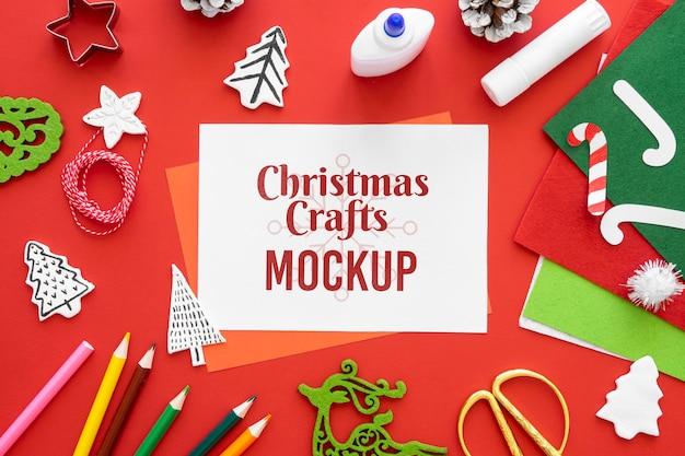 Vista dall'alto di artigianato natalizio con pastelli e carta Psd Gratuite