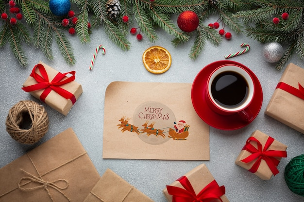 Vista dall'alto tazza di caffè con scatole regalo Psd Gratuite