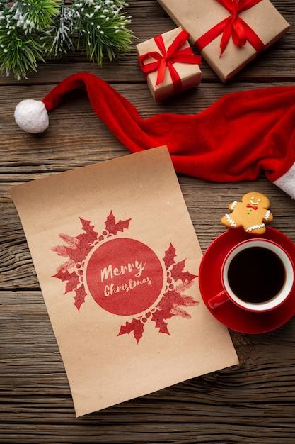 Tazza di caffè di vista superiore con la lettera di buon natale e il cappello di santa Psd Gratuite