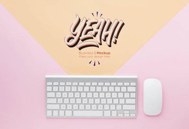 Vista dall'alto della scrivania con tastiera e mouse Psd Gratuite