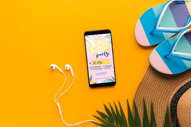 携帯電話とイヤホン付きのトップビューフリップフロップ 無料 Psd