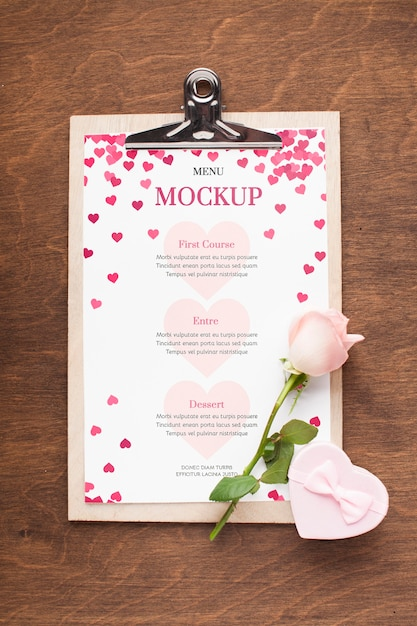 上面の花とギフトのモックアップ Premium Psd