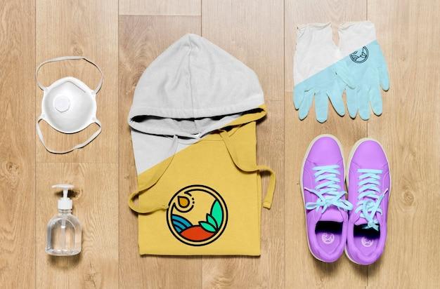 Сложенный макет балахона с дезинфицирующим средством для рук, маской и перчатками Бесплатные Psd