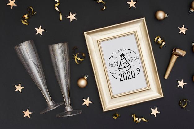 Vista dall'alto cornice dorata con bicchieri per champagne Psd Gratuite
