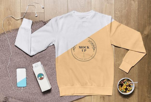 Mock-up felpa con cappuccio vista dall'alto con snack e custodia per telefono Psd Gratuite