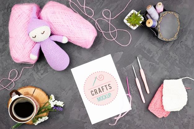 Bambola e prodotti per maglieria vista dall'alto Psd Gratuite