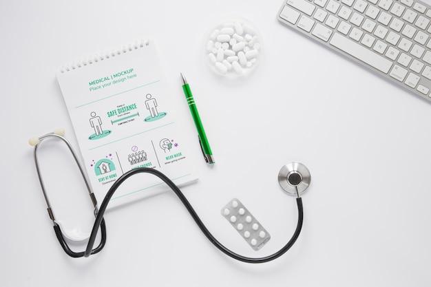 Вид сверху медицинский стетоскоп с макетом Бесплатные Psd