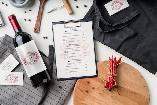 Vista dall'alto del menu con bottiglia di vino e peperoncino Psd Gratuite