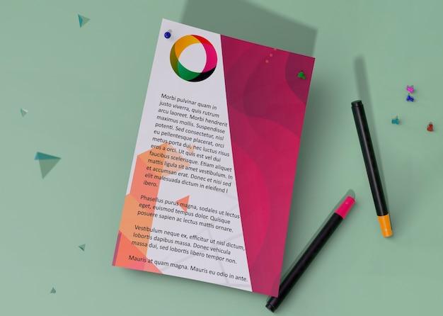 Вид сверху макет идентичности деловой бумаги и карандаши Бесплатные Psd