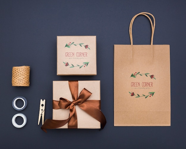Top view mock-up wrapped gifts and shopping bag Premium Psd