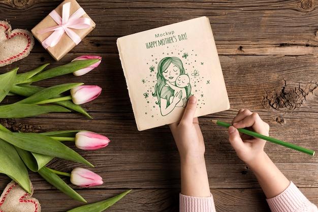 꽃과 함께 상위 뷰 어머니의 날 개념 무료 PSD 파일