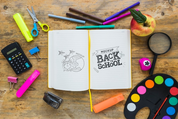 Top view notebook and crayons arrangement Free Psd