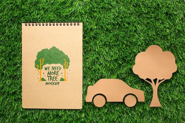 トップビューノートモックアップと紙車と木 無料 Psd