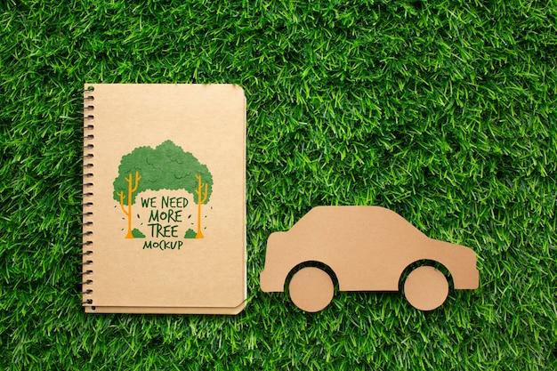 Макет ноутбука и бумажный автомобиль Бесплатные Psd