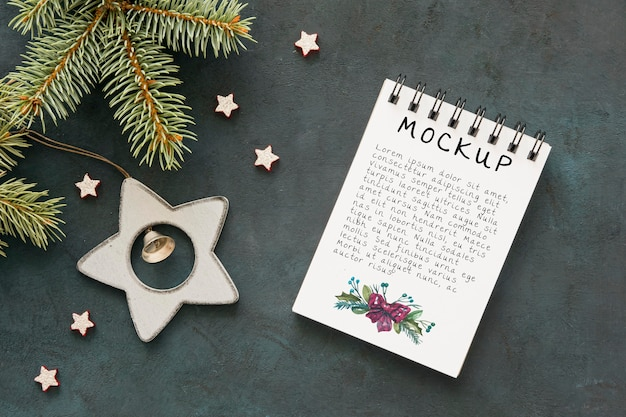 Top view of notepad with spruce branches and christmas ornaments Premium Psd