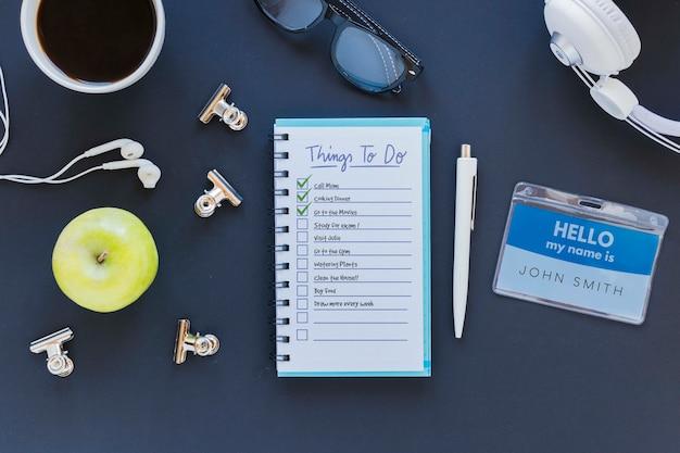 机の上のリストが付いている平面図のメモ帳 無料 Psd